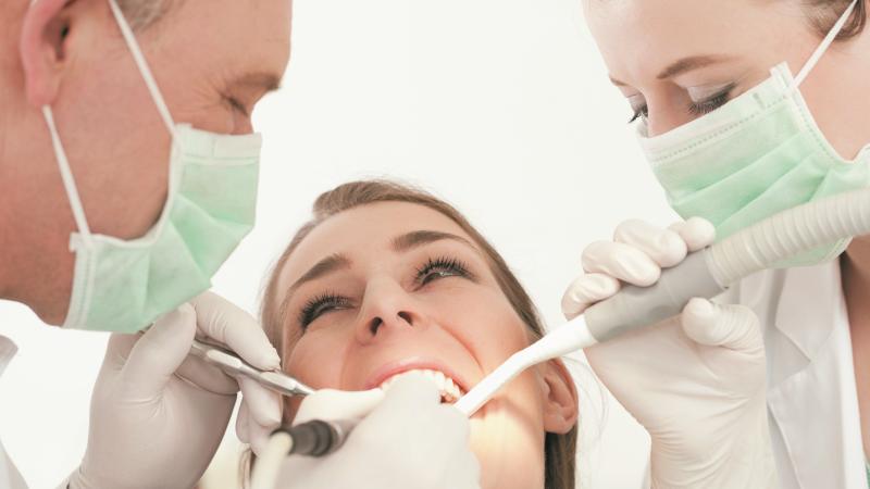 Foghúzás (minimál invazív) Műtéti fogeltávolítás (minimál invazív) Foggyökér műtét (rezekció, gyökér eltávolítás) Csontpótlás (számos technikával) Csont műtétek, piezo és mágneses kalapáccsal végzett műtétek (az egyik legújabb, legmodernebb, legkíméletesebb technika) Sinus lift (arcüreg emelés) Lézer műtétek Műtétek akár altatásban is kérhetőek